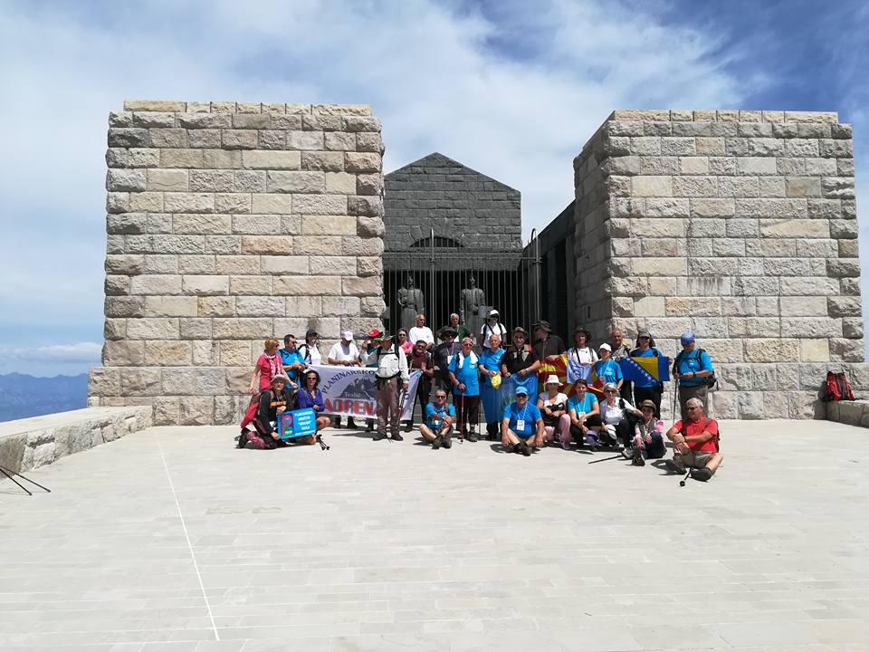 Ispred Mauzoleja planinari susreta